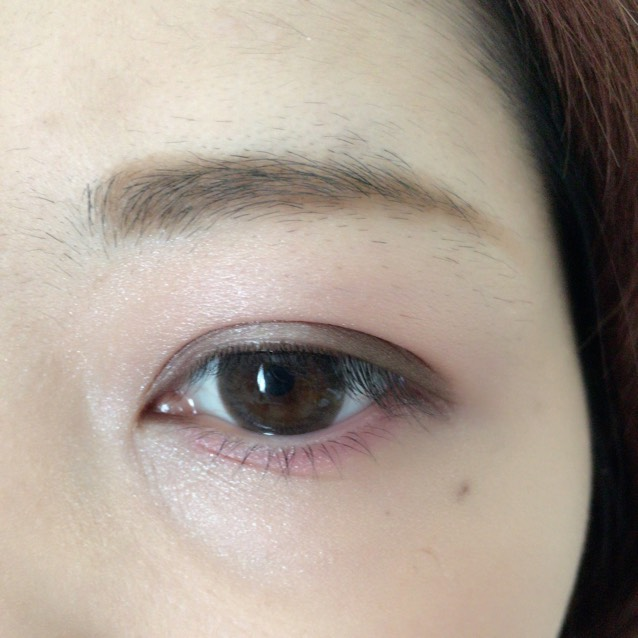 目の下に濃いピンクを塗る。