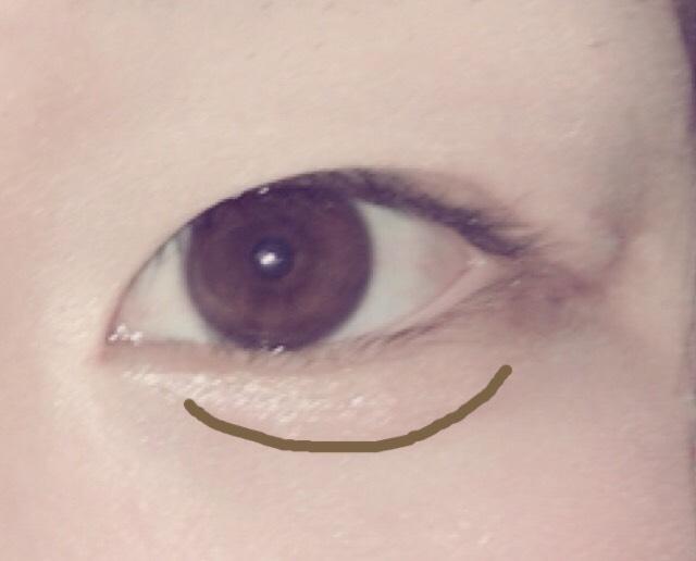 この線にそって眉毛かくやつでもなんでもいいので書きます。そうするとぷっくり涙袋ができます