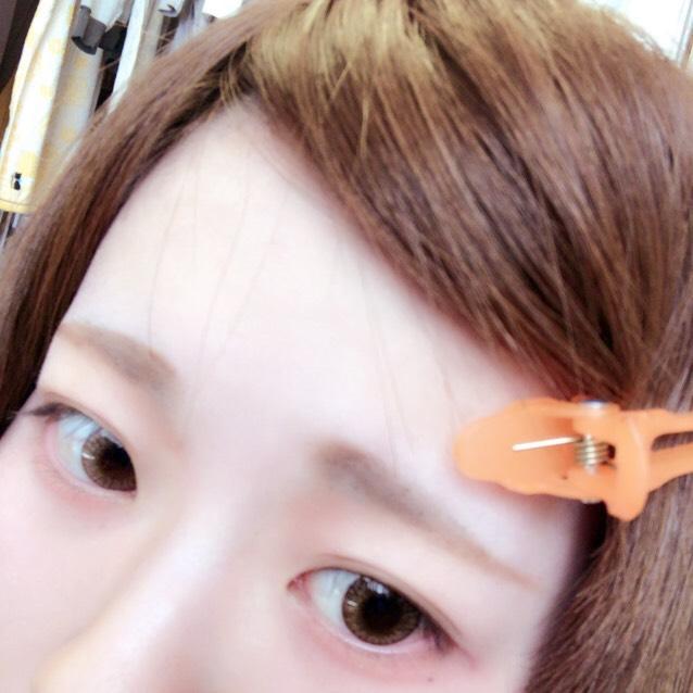 カラコンいれます。わかりにくいですがヘーゼル系の14.2のものを。眉毛もかきました。適当です ノーズシャドウもこの時に。眉頭の下、三角のあたりに赤色シャドウをうっすらのせると馴染む気がします。