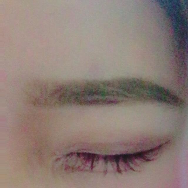 眉毛は平行に書きました。眉尻から書いて前に前にぼかしていきます!