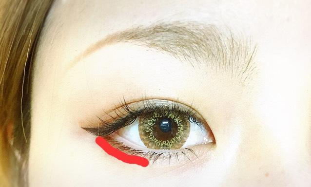 赤の線でRINMELのアイシャドウの1番濃い色と2番めに濃い色を混ぜてぼかしていきます