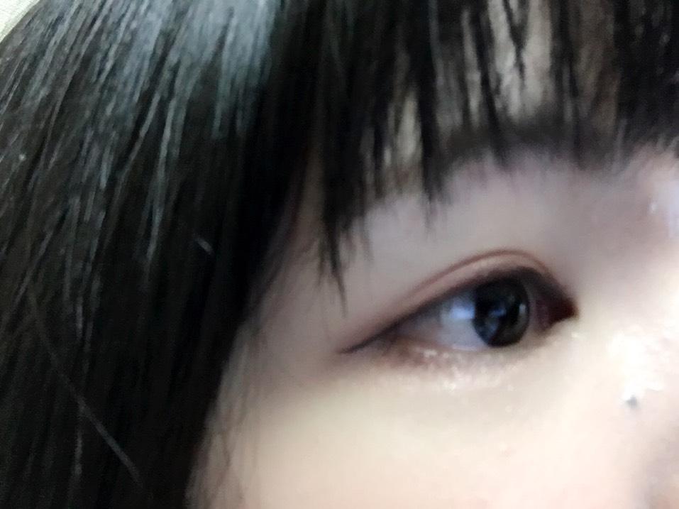 眉毛はいつも通りナチュラルに書き、アイラインはブラウンのアイライナーで目のきわに沿って書き、ちょっとたげ羽させる。