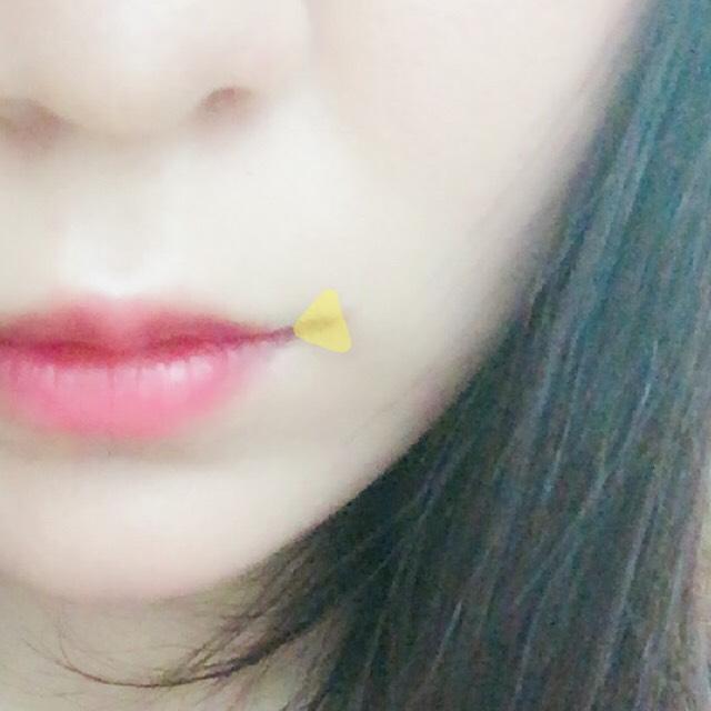 まずカラースティックで口角の所に塗りスポンジでボカします。