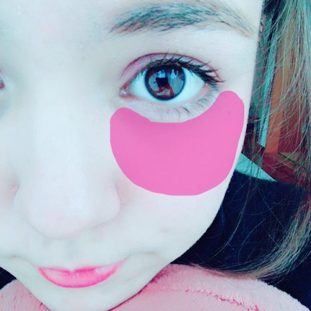 チーク。 私は元々くま持ちなので、目の下から頬にかけて横に伸ばします。 そうすることで血色が良くなります。
