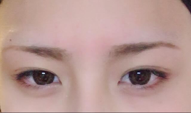 二重幅を広げて、眉毛を書きます! 眉毛は眉頭を少し上に上げて困り眉気味に書きます