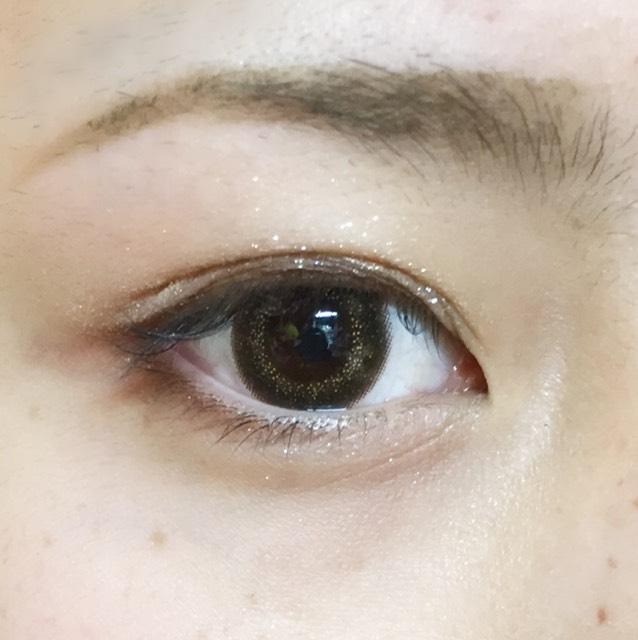 RINMELのアイシャドウの1番濃い色で黒目の上と目尻3分の1を書きます
