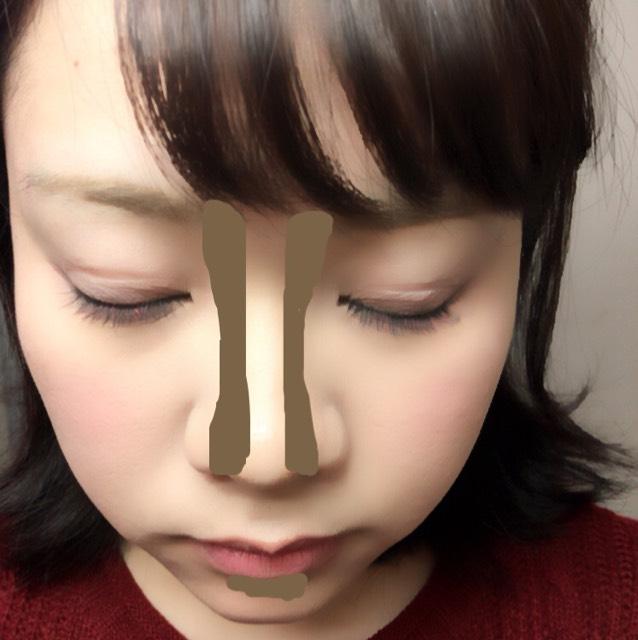 ノーズシャドウは指で塗ります。あとブラシでとって下唇の下に塗ります。こうすることで唇が少しぷっくりに見えます。