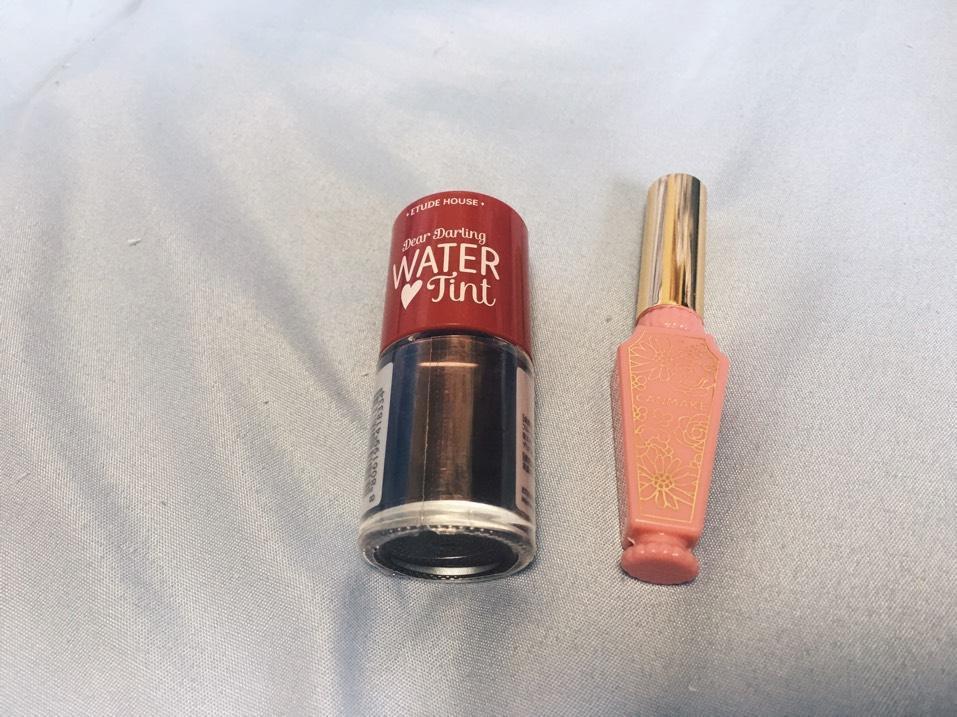 リップは、エチュードハウスのティントの02番を使います。唇の内側に塗り、指でぼかします。最後に、キャンメイクのリップティントシロップの01番を少しだけ重ねます。