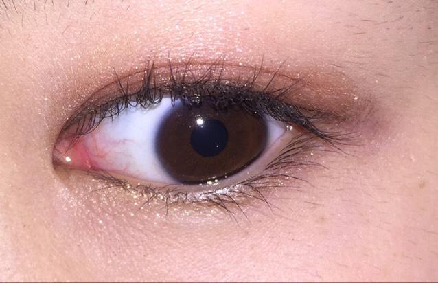 目を開けるとこんなに感じ! 目の際にダークシャドウ塗って、アイラインをめっちゃ細く入れました! 私は奥二重なので閉じた時にメイクしてるんだぁって言うようなメイクしてます!