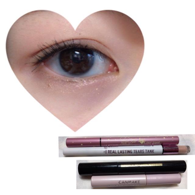 アイライナーは、まつげとまつげの間を埋めるように目からはみ出さずに描きます。 涙袋は、ピンク色です