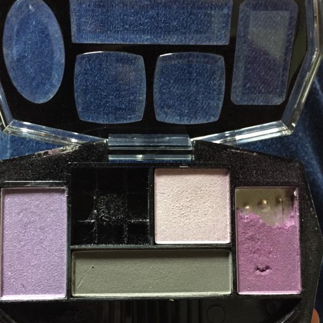 どこかの百均でかった紫ベースのアイシャドウです 涙袋の部分には左端の色を使いました