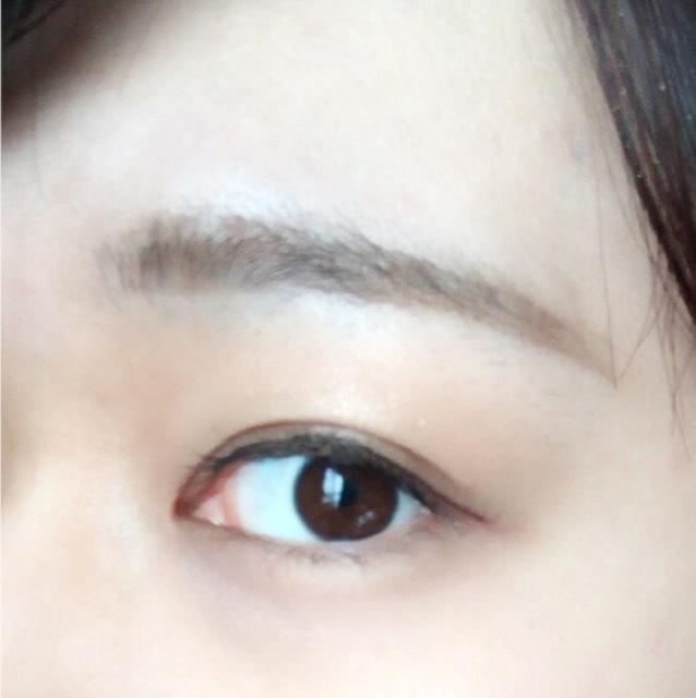 アイライナーは目の形に沿うようにすこし目の端からはみ出して書きます。