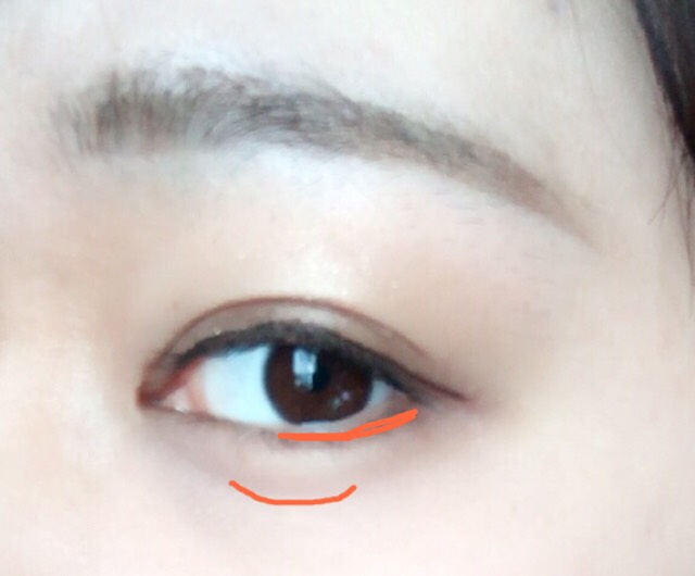 最近よくこれやってます。明るめのアイブロウで目の下を塗ります。目尻から黒目の真ん中あたりまで。そしてそのまま涙袋を黒目の下に書きます。