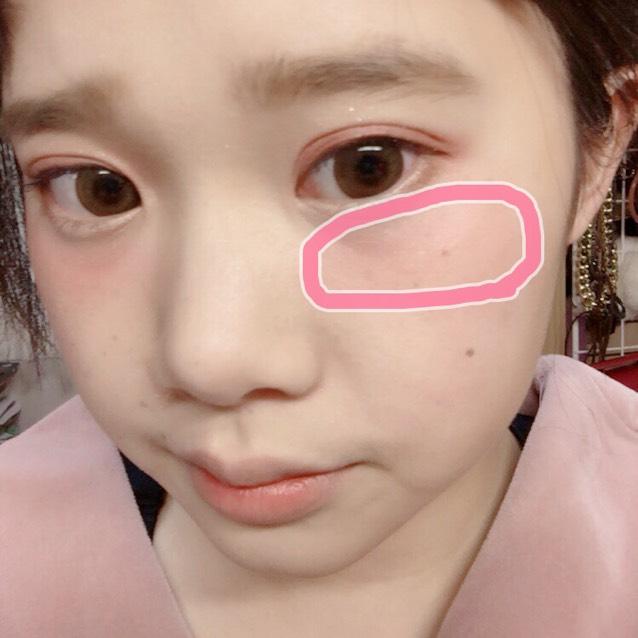 赤系のチークを目の下に横広に塗ります
