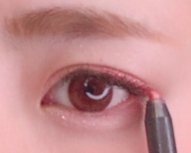 ピンクのペンシルで黒目から目尻にかけてひいていきます。 目の下も薄くひきます。  ETUDE HOUSE ペンシルアイライナー #101 52番