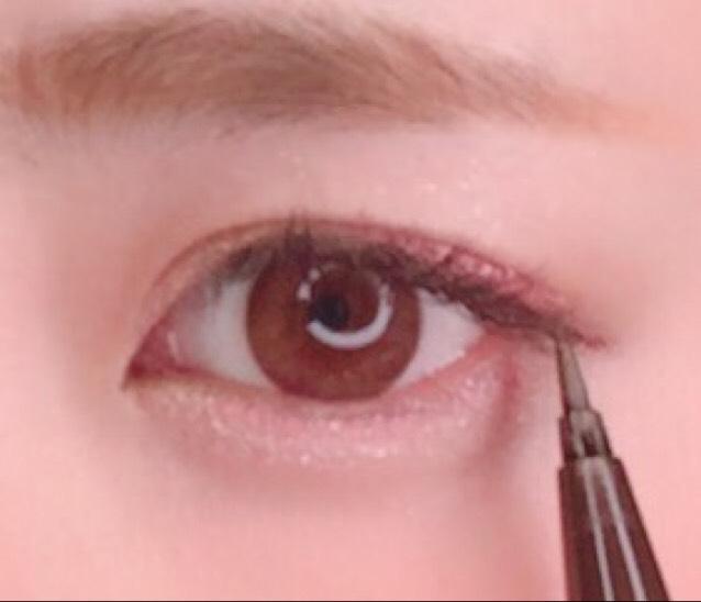 黒目の上を避けて、目頭側と目尻側にブラウンのアイライナーでひきます。  Love Liner Liquid ブラウン