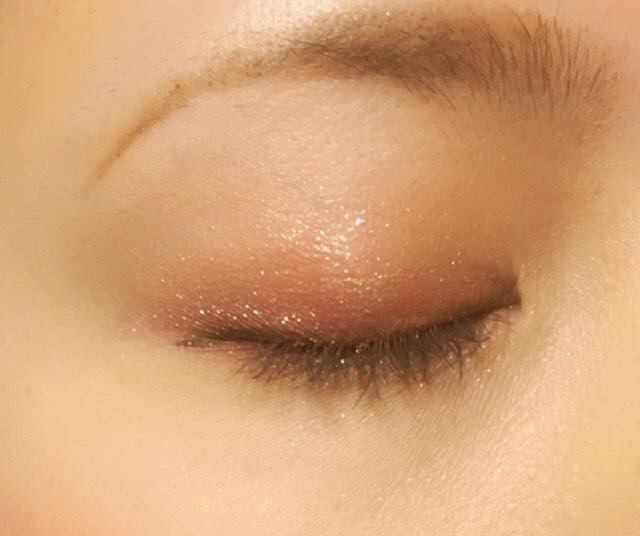 瞼の真ん中にアディクションのマリアージュを乗せ、ブラシで左右に広げます!