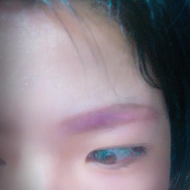 眉毛は まず軽く線を引いて 赤いシャドウを塗る  縁どって 普通にブラウンで 眉毛書いて その上にまた赤いシャドウ重ねる