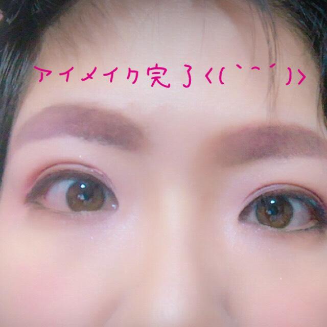 アイメイクです  まず薄いピンクを全体に  目の際と目の下囲うように濃い茶色  次に濃いピンクを 二重幅はみ出さないように  一番濃い色で 二重ライン
