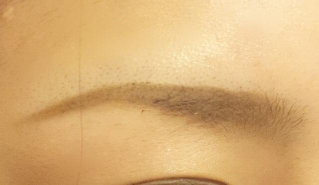 眉尻はスッとなるような感じで描きます。 毛のあるところはパウダーでふわっと乗せていきます。眉頭は0.5cmくらい何も描かず、毛だけにすると不自然になりません!