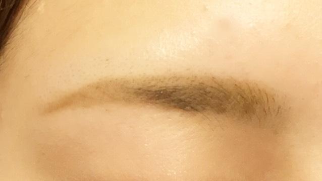 こちらも同様、眉毛はパウダーで仕上げ眉頭は描かないところをつくります! ナチュラルな眉毛にしあげたいのでパウダーを軽く乗せたブラシで全体をぼかすと太くても不自然になりません!