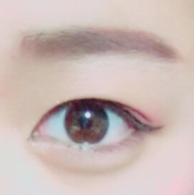 目尻の部分だけラインを重ねて目元をはっきりさせたら完成。