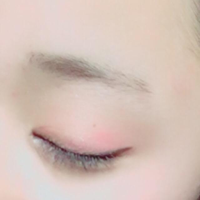 ビューラーは使わず、マスカラを塗る。下まつげにも塗る。 眉毛を平行に書く。  マスカラ(ラブチュール ロングタイプ)  アイブロウ(KATE デザイニングアイブロウパレット EX_5)
