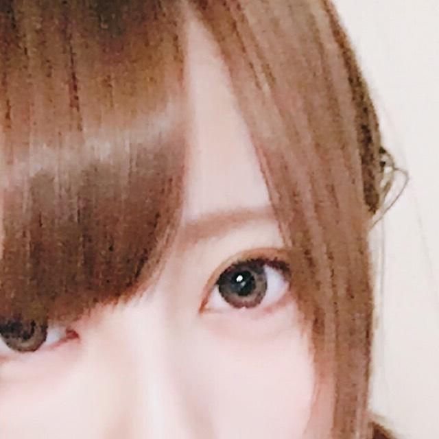 眉毛は眉頭を少し太めにアイブロウペンシルで書きます。  その後、眉マスカラのライトブラウンを全体に塗ります。