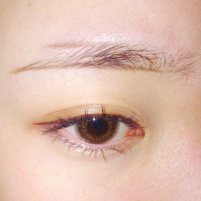 上のラインも眉毛の延長線上になるようにふちどりします
