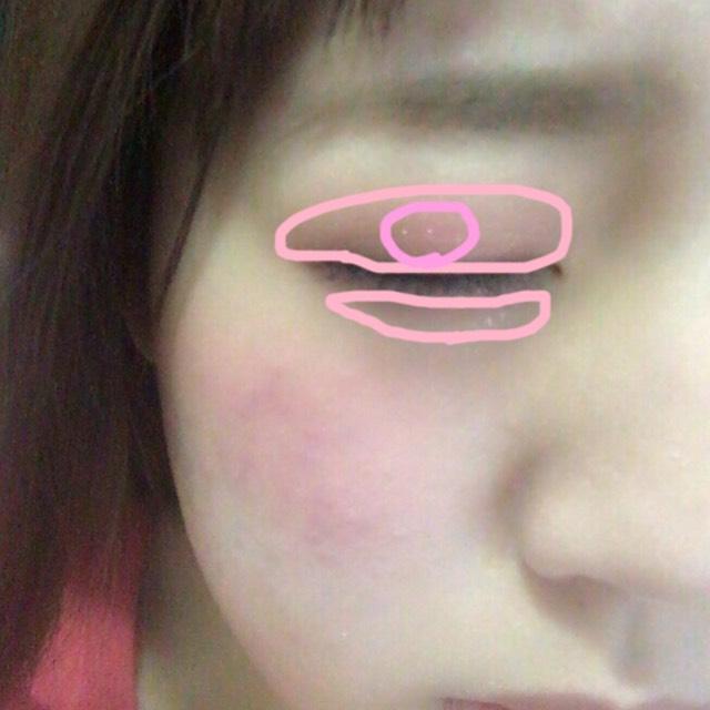 RD301を薄く指でぽんぽんとのせます 目を開けて瞼の黒目にかかる部分に濃くのせます