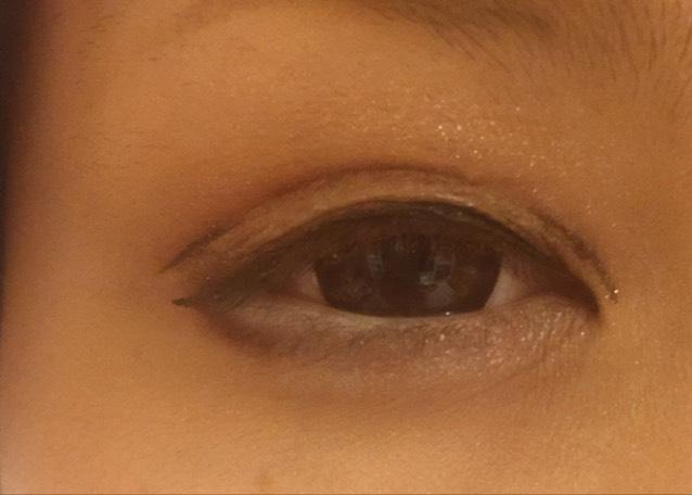 二重の線をくっきりさせるために目頭側と目尻側にアイライナーで線をかきます!ラインの始まりと二重の線をシャドウでぼかします