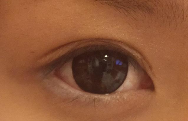 目尻三分の一と下瞼の粘膜を白のペンシルで塗ります