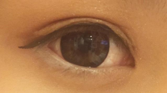 アイラインは黒目の上を太く、目尻はオーバーに下げます