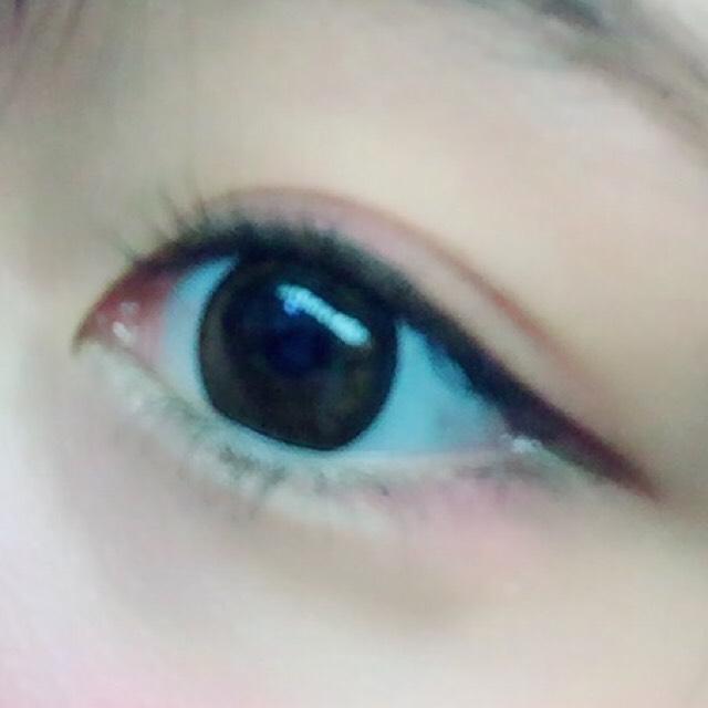 チークの右下のピンクを黒目の上と下目尻に黒目の終から入れる。涙袋をしっかりめに作る!かげをアイブロウで描くことをオススメします!