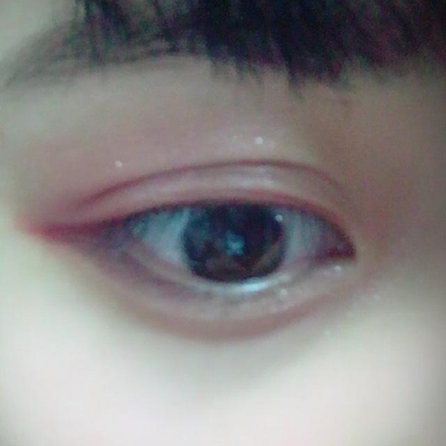 真ん中のラメを上まぶた中央、目頭、涙袋全体に塗っていきます。