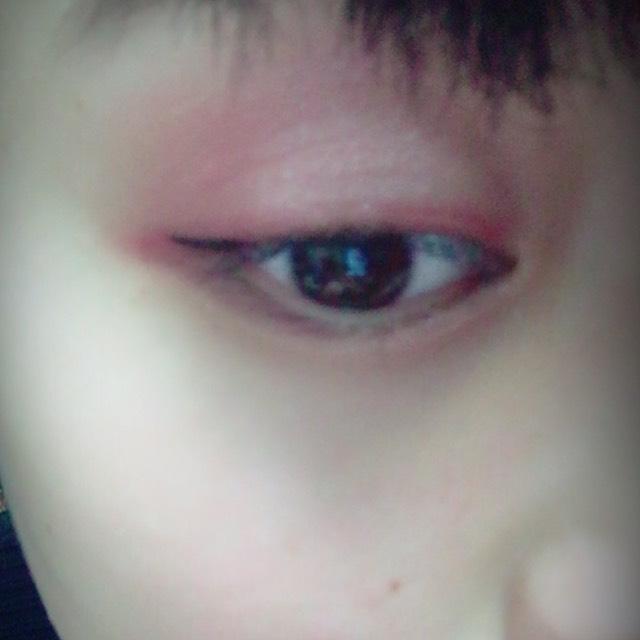黒のライナーで目の流れに沿って書いていきます。目尻だけに塗ることで目が強く見えにくくなります。