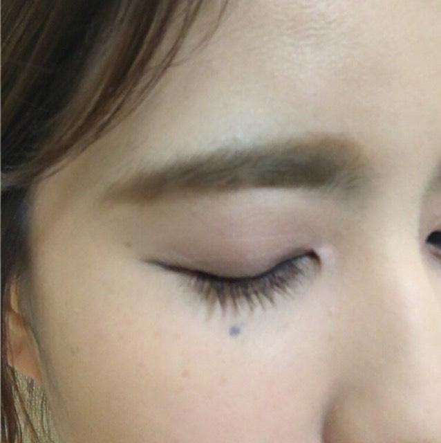 眉毛は太めの並行まゆで髪の毛のトーンよりワントーン明るめにするために眉マスカラを塗ります。 眉マスカラは毛流れに逆らって塗ると〇