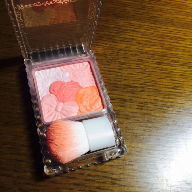 12.チークは、左上の色以外を混ぜて、頬の高いところに丸くふんわりのせます。その後、左上の色で周りをぼかし、真ん中と右下の色を混ぜて丸くのせた中央にポンポンと軽くのせます。