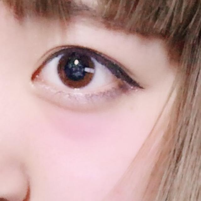 ⒊涙袋に白系のラメのアイシャドウを塗り、影はくっきりするくらいに作る。  ⒋目尻は黒めのアイシャドウで三角に黒目の外側まで塗る。