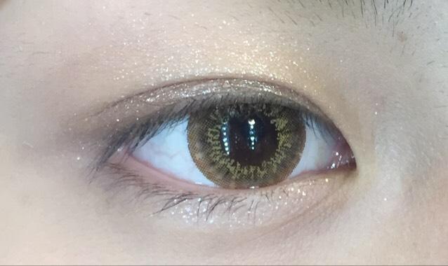 二重幅の半分くらいまで3番の濃いめの色を真ん中の色と混ぜてグラデーションにして塗ります下瞼にも真ん中の色を塗ります