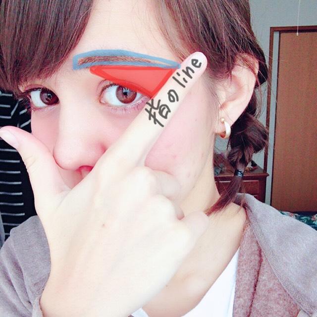 〇まゆ毛〇  指を置くと書きやすいです。指のLINEと三角になるようにかきます。 アイブロウライナーで形を書き、パウダーでぼかします。
