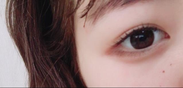 右下の濃いブラウンを 目尻に写真のように入れていきます♡ そのあと涙袋の影を書いてください♡♡ 発色がすごくいいので影を書くときは付けすぎないように♡!(笑)