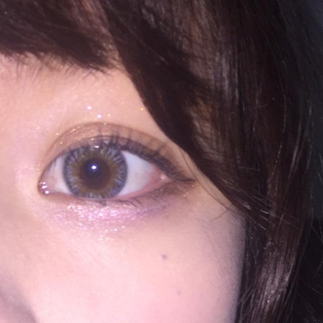 目頭から目尻までブラウンのアイライナーで目の形に沿ってラインを引きます  (最後は少しだけ跳ね上げるのがポイントです!)