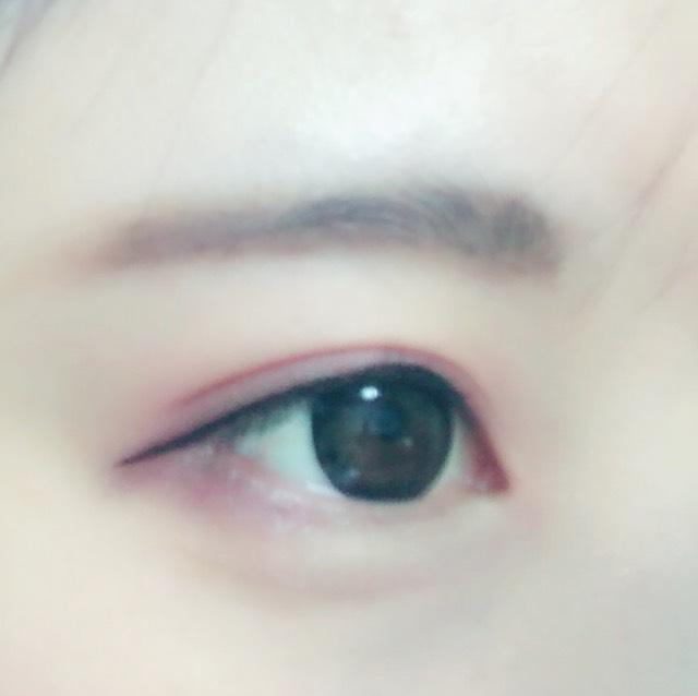 粘膜、目の際に ブラックのアイライナーで引いていきます♪ 目尻は6mm程出します。 ※綿棒でぼかしたら◎