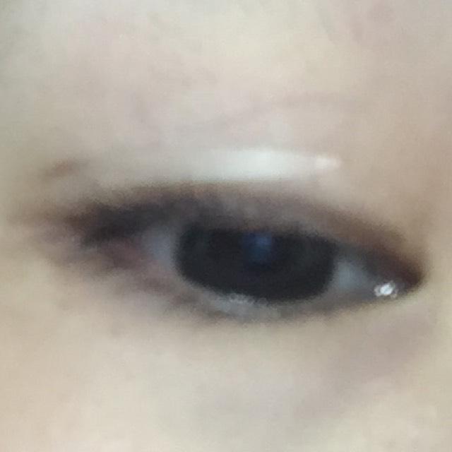 わかりにくいですがこんな感じです(`o´) 黒目の端から、目尻にかけて貼ります。