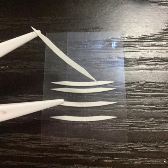 まず両面の細い方のテープを、逆さにしてプッシャーに取ります。(アイテープは逆さまに貼った方が瞼が持ち上げられてぱっちりするので絶対オススメです!)