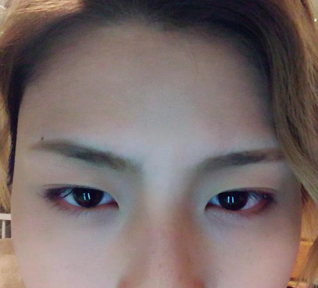 眉毛はまっすぐ描いて、眉尻に向かって段々太くなるように描きます!