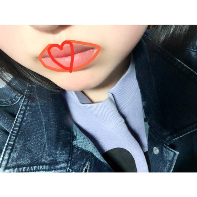 普通の透明のリップで保湿したあと、SUGAOのリップを指で全体にのせる。 真ん中にハート型にCANMAKEの口紅(03番)を塗って完成。