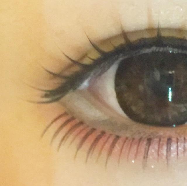 下瞼の三分の一は白のアイライナーで粘膜まで白に埋めて、白目に見えるようにします!