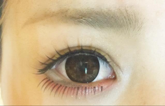 白のアイライナーの下に目の枠を描くようにオーバーに茶色のラインで描き、その上につけまつげをつけます!